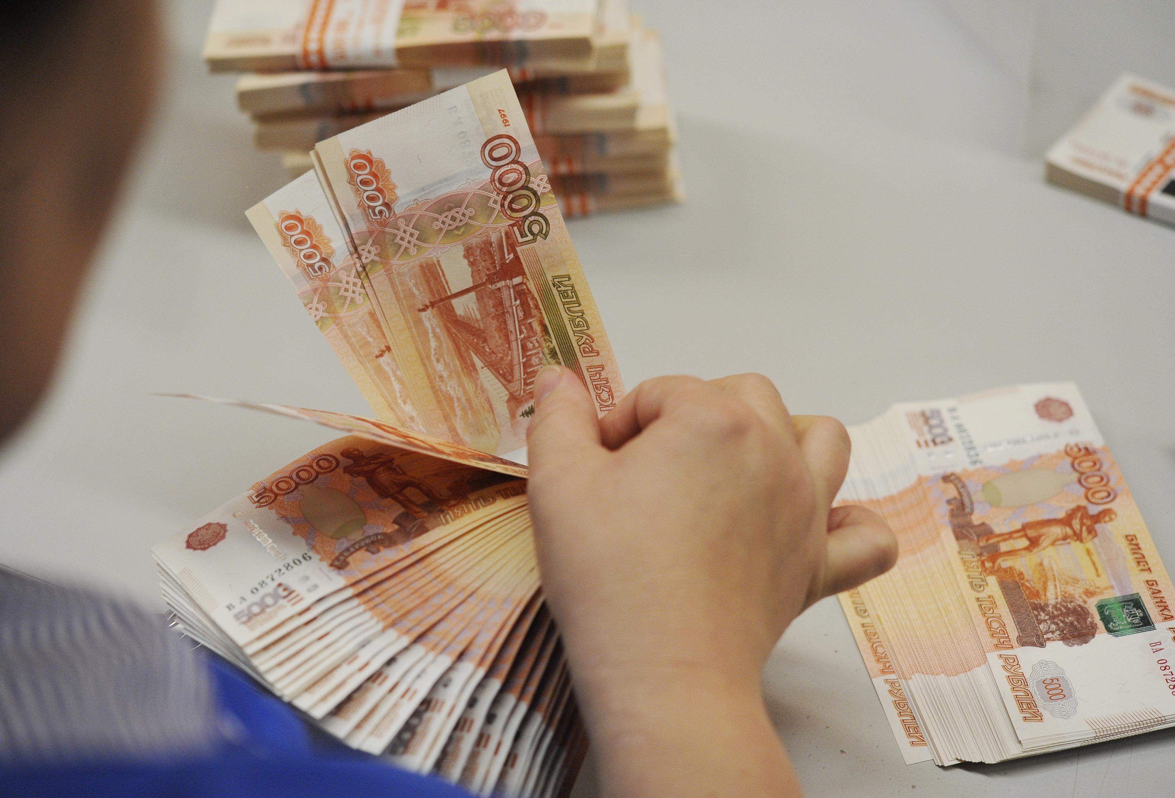 фото в руках денег россии многу раз, спина
